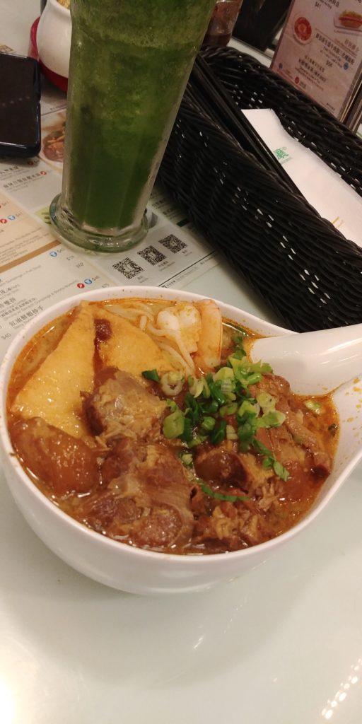 Ekstremalnie pikantna zupa w Hongkongu, kulinarne podróże po Azji, wózek elektryczny, podróże na wózku elektrycznym, podróże dla osób niepełnosprawnych, podróże dla wózkowiczów, podróże na wózku inwalidzkim