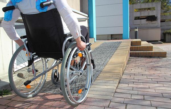 podjazd dla osób niepełnosprawnych, wózek elektryczny, design bez barier, wózek inwalidzki, urządzanie wnętrz dla osób niepełnosprawnych, wózek miejski